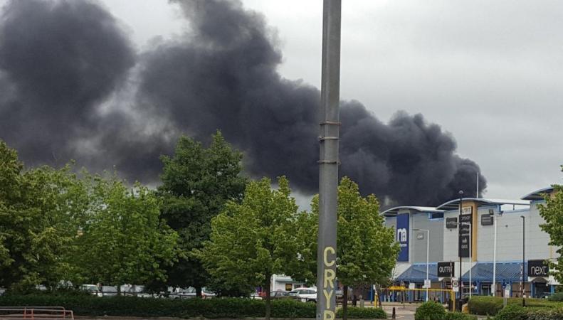 Пожар в Кройдоне уничтожил восемь машин на парковке фото:standard.co.uk