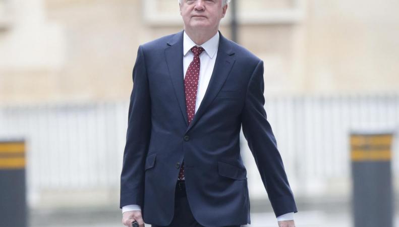 Министр по Брекзиту отказался от iWatch и приобрел портфель с защитой от шпионов фото:independent