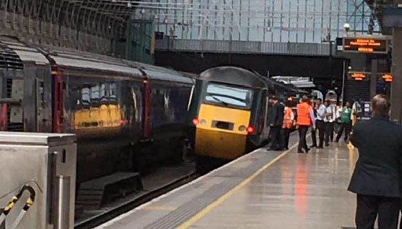 Пассажирский поезд сошел с рельсов на вокзале Паддингтон фото:twitter