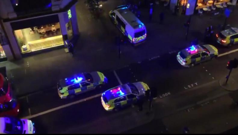 Черный кэб наехал на пешеходов на тротуаре в центре Лондона
