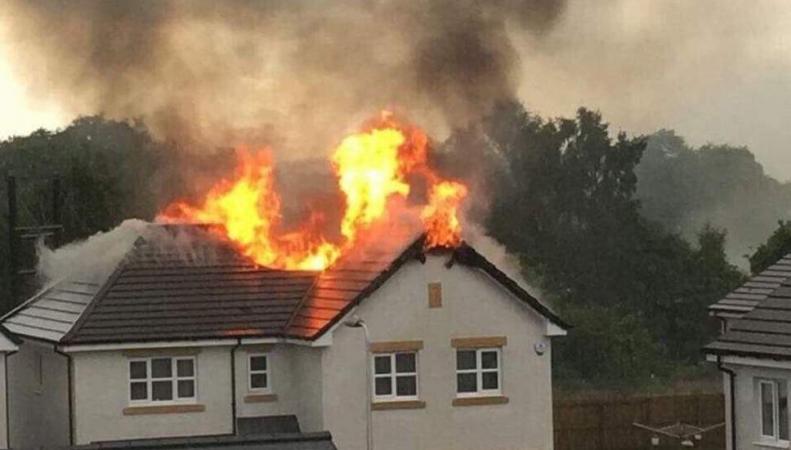 В пригороде Глазго от удара молнии сгорел дом на двух хозяев