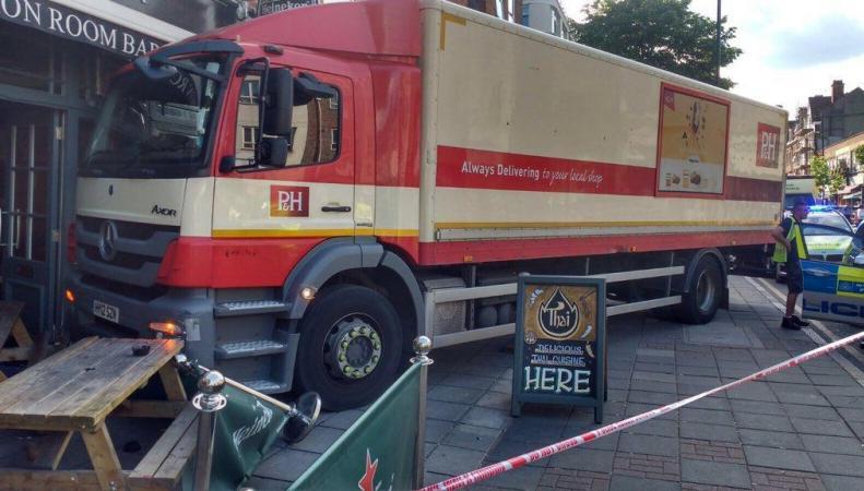 Грузовик въехал в витрину бара в западной части Лондона фото:standard.co.uk