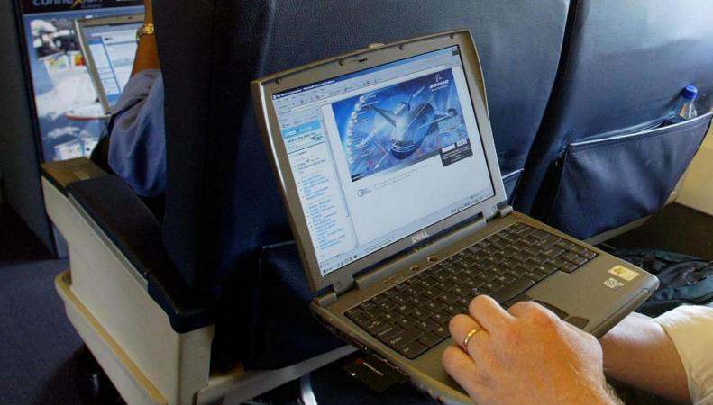 EasyJet первым из британских авиакомпаний ввел запрет на лэптопы на борту фото:standard.co.uk