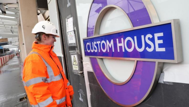 Эмблемы Elizabeth Line появились на узловых станциях лондонского метро
