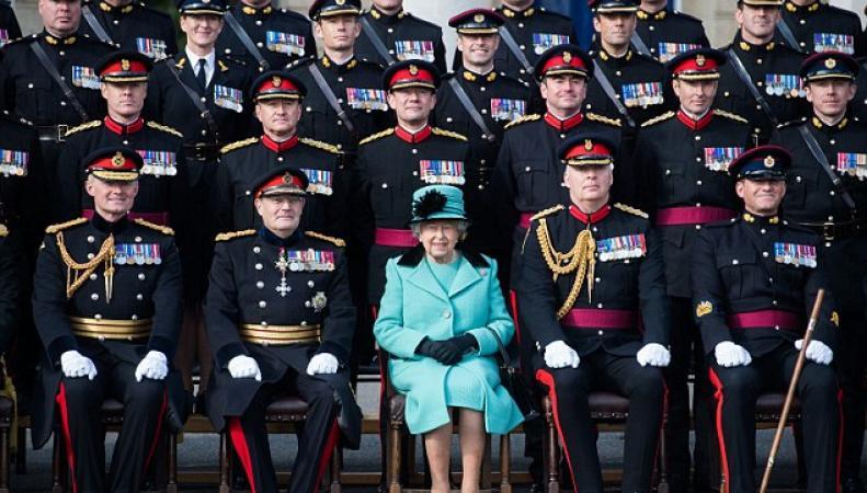 Елизавета II посетила юбилейный парад Королевских инженерных войск фото:dailymail.co.uk