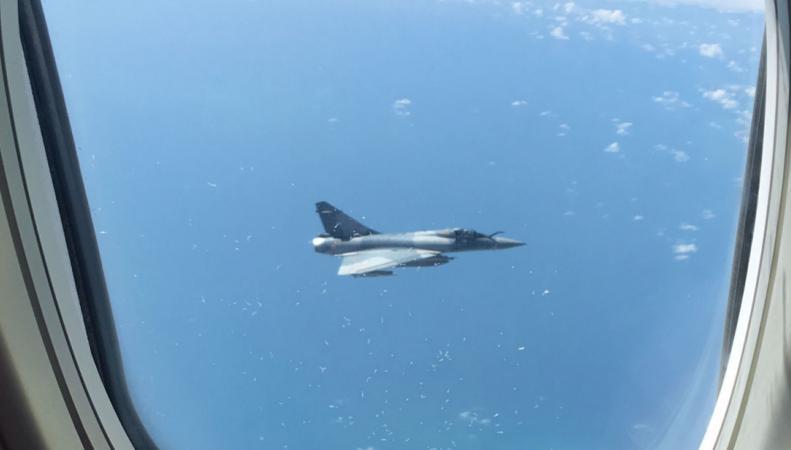 Французский истребитель замечен в опасной близости от британского гражданского самолета фото:skynews