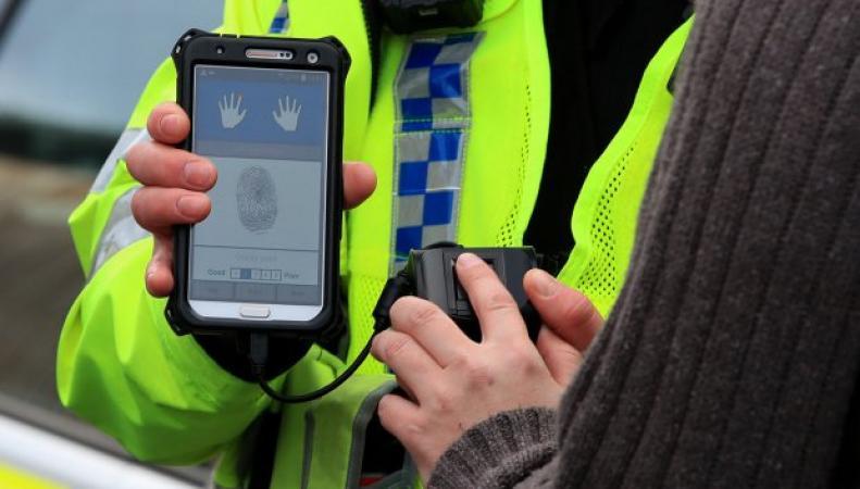 Британских полицейских экипируют сканерами отпечатков пальцев