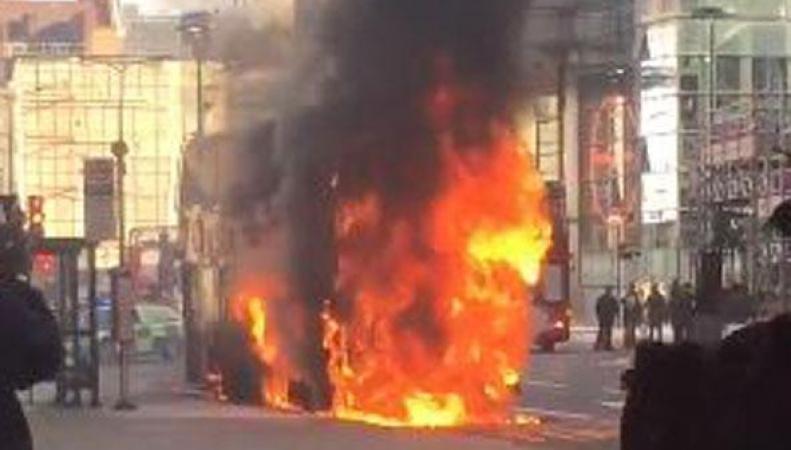 Даблдекер сгорел на оживленной улице в Лондоне фото:standard.co.uk