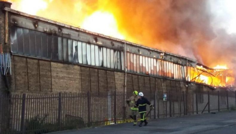 Фабрика игрушек в Брадфорде сгорела второй раз за лето фото:bbc