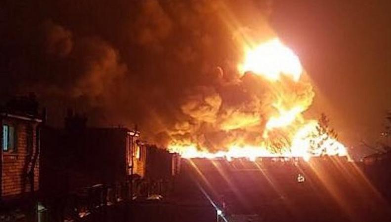 На севере Лондона сгорел лакокрасочный завод