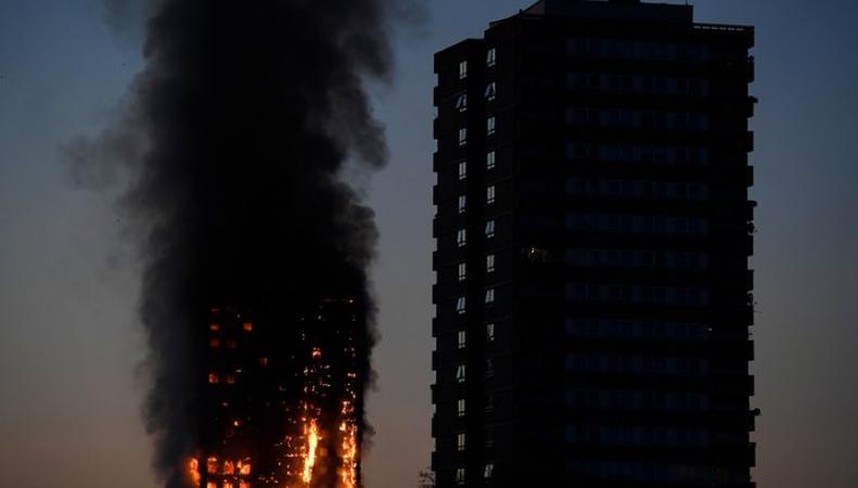 На западе Лондона пламенем охвачен многоквартирный жилой дом фото:theguardian