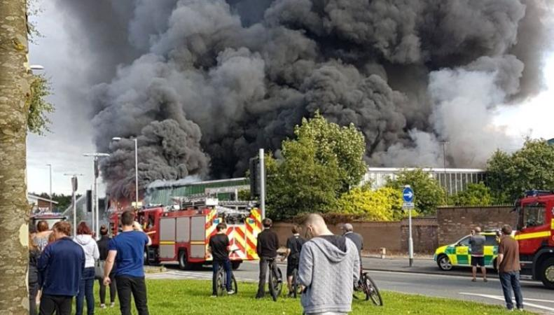 Пожар в Мерсисайде уничтожил популярный пейнтбольный клуб фото:skynews