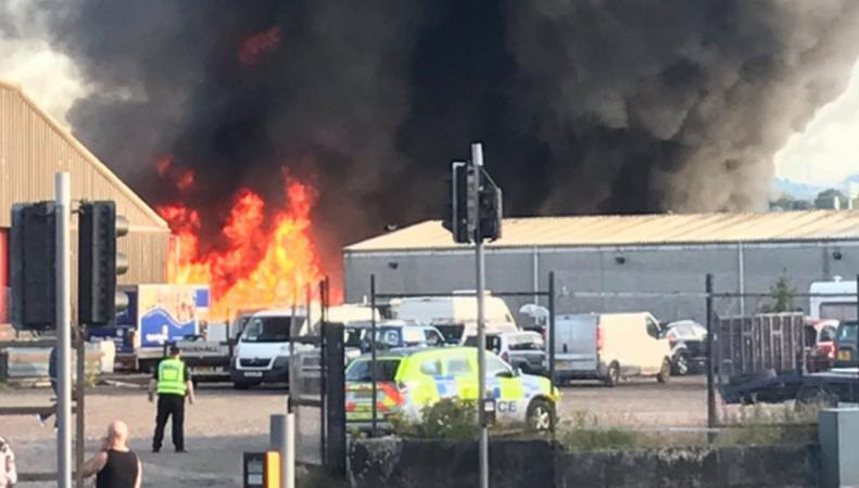 Сильнейший пожар сорвал график вылетов в аэропорту Глазго фото: Twitter