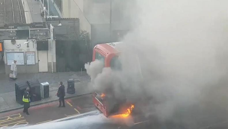 Даблдекер загорелся на ходу на маршруте в Кэмдене фото:mirror