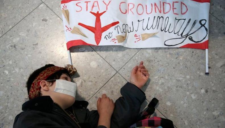 Флэшмоб в Хитроу продемонстрировал протест местных жителей против третьей взлетной полосы фото:theguardian.com