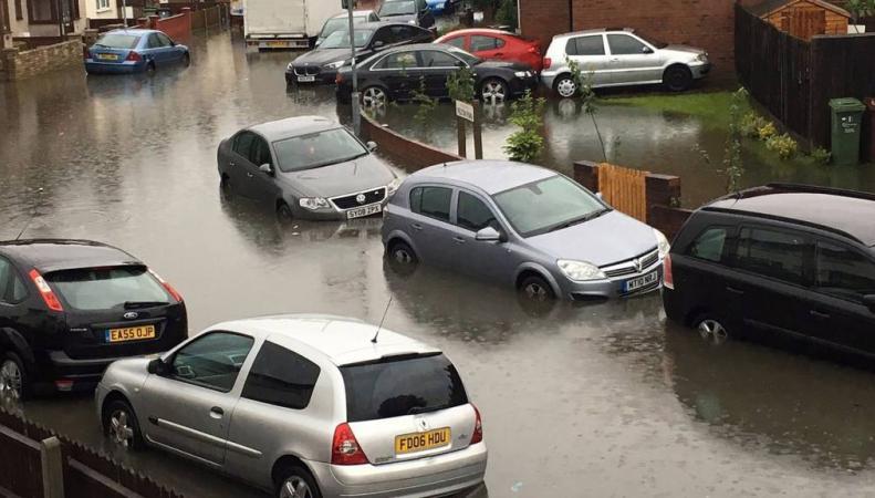 Голосование на референдуме проходит на фоне шторма и наводнения в Лондоне фото:bbc.com