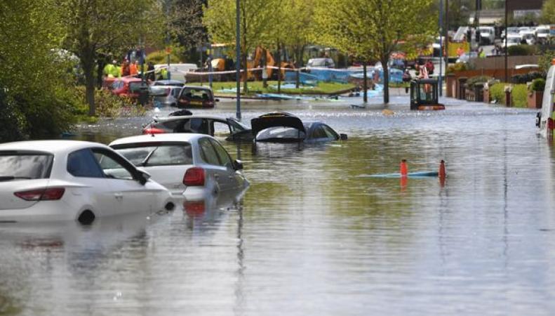 Коммунальный потоп в Вест-Мидлендсе: улицы ушли под воду на полметра