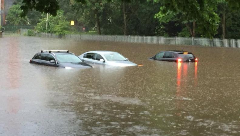 В Мидлендсе водитель погиб в затопленной машине
