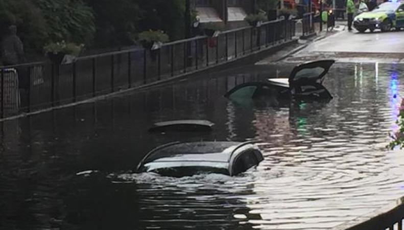Сильнейший ливень спровоцировал наводнение в нескольких районах Лондона фото:standard.co.uk