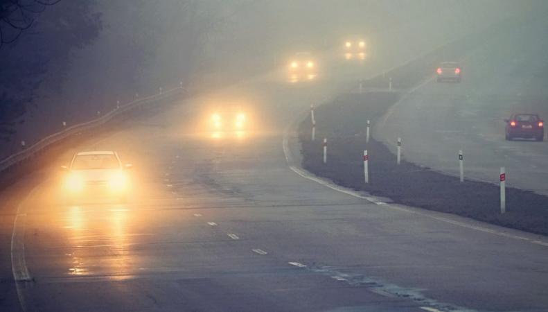 Трафик на земле и в небе Англии затруднен плотным туманом