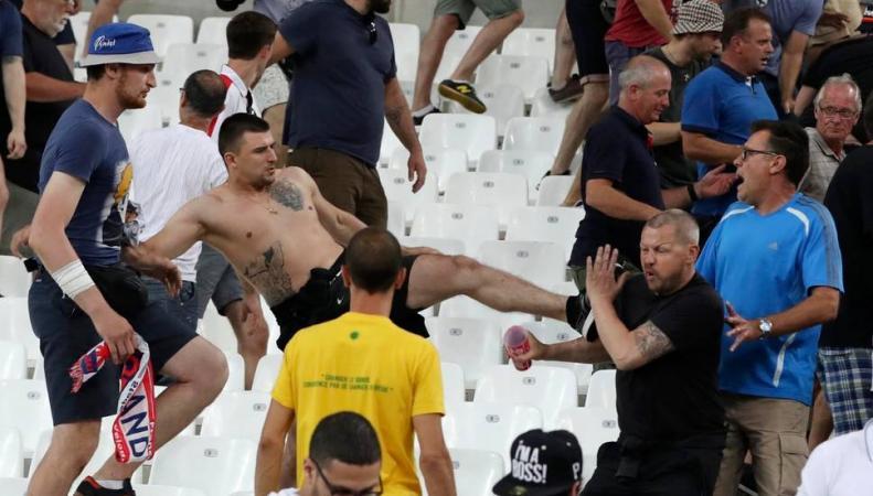Скотланд-Ярд задержит паспорта ста тридцати двух футбольных хулиганов