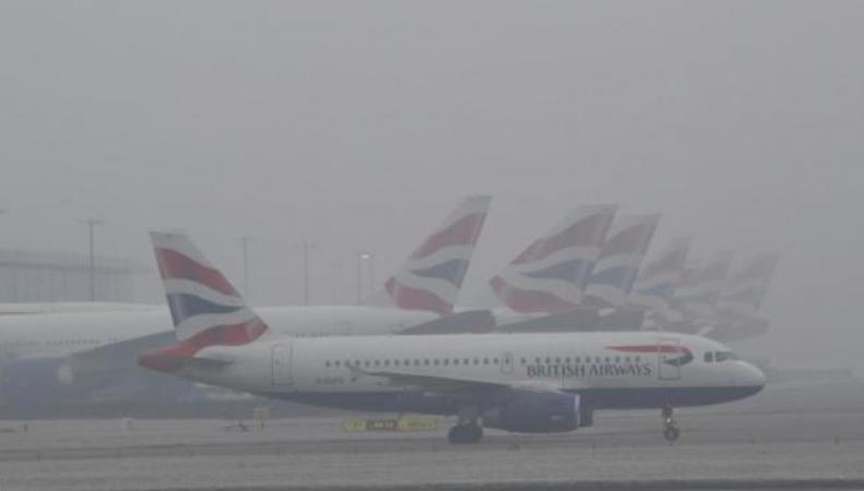 Отмена и задержка авиарейсов из-за тумана в Лондоне продолжится во вторник фото:bt.com