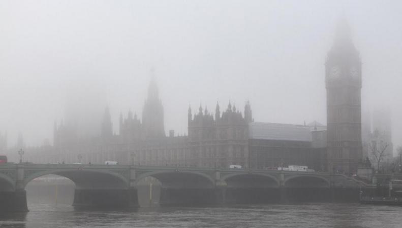 Лондон накрыло морозным туманом