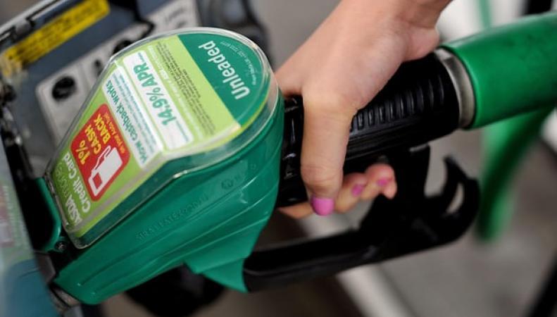 Цены на бензин в Великобритании снизились в трех сетях заправок фото:theguardian
