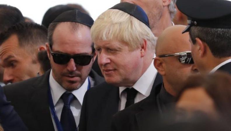 Борис Джонсон и Дэвид Кэмерон помирились на похоронах фото:thesun.co.uk