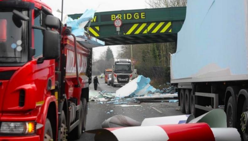 Большегрузный автомобиль протаранил железнодорожный мост в Бирмингеме фото:itv