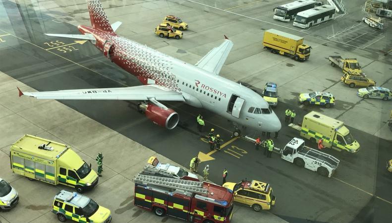 В Гатвике самолет наехал на человека