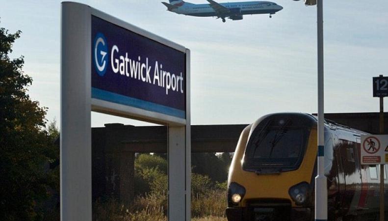 Крупный пожар на железнодорожных путях нарушил сообщение с аэропортом Гатвик фото:dailymail.co.uk