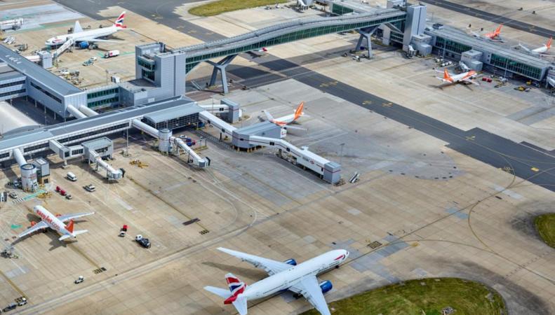 Яма на взлетной полосе стала причиной закрытия ВПП аэропорта Гатвик фото:standard.co.uk