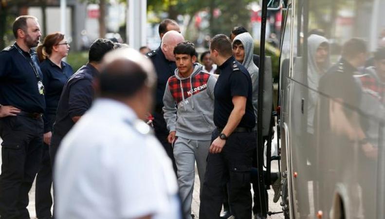 Первая группа несовершеннолетних беспризорников из Кале прибыла в Лондон фото:mirror.co.uk
