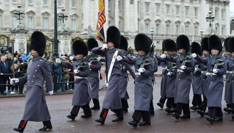 Букингемский дворец изменил расписание торжественной церемонии смены караула фото:bbc.com