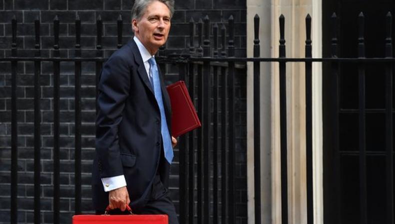Правительство запустило руку в бюджет: план госзаимствований превышен на полмиллиарда фунтов фото:theguardian.com