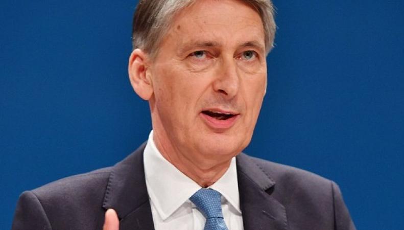 Филипп Хэммонд заблокировал принятие решения о визах  для рабочих из Евросоюза    фото:dailymail.co.uk