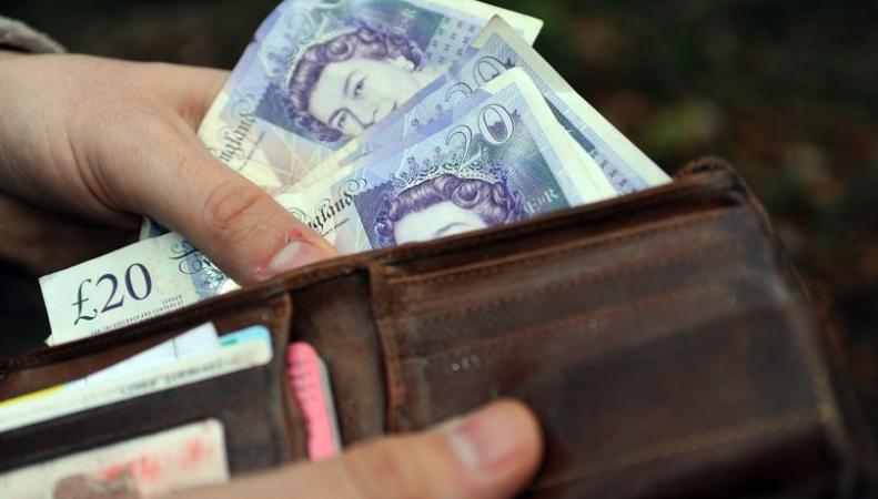 Трудящимся в сфере услуг британцам придет новогодний подарок из налоговой службы