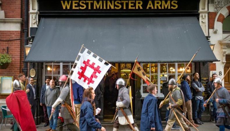 Средневековые рыцари прошли через Лондон фото:bbc.com