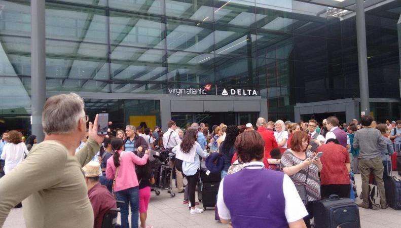 Авиапассажиры эвакуированы их Терминала 3 аэропорта Хитроу фото:standard.co.uk