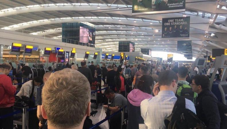 Пассажиры отправляются в полет без багажа из двух терминалов Хитроу фото:standard.co.uk