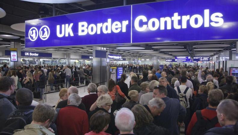 Аэропорт Хитроу собирает огромные очереди на пограничном контроле фото:standard.co.uk