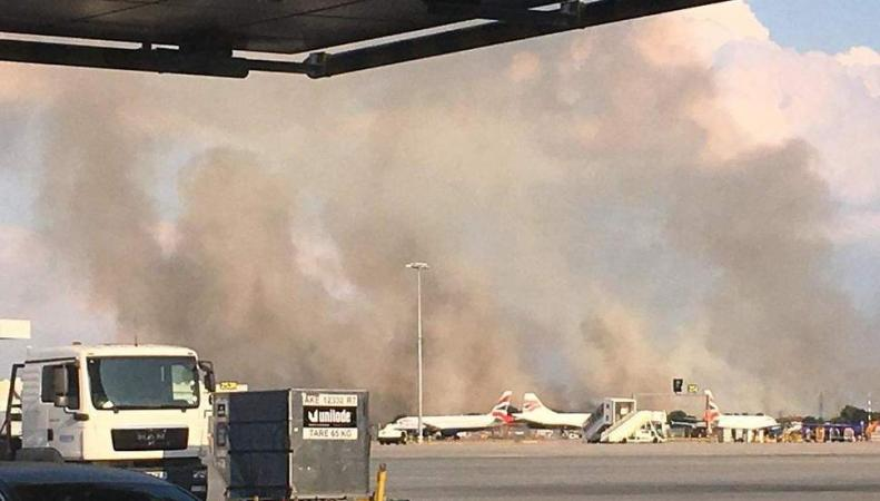 Возле аэропорта Хитроу занялся сильный низовой пожар