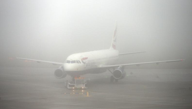 Лондонские аэропорты отменили более пятидесяти авиарейсов фото:dailymail.co.uk