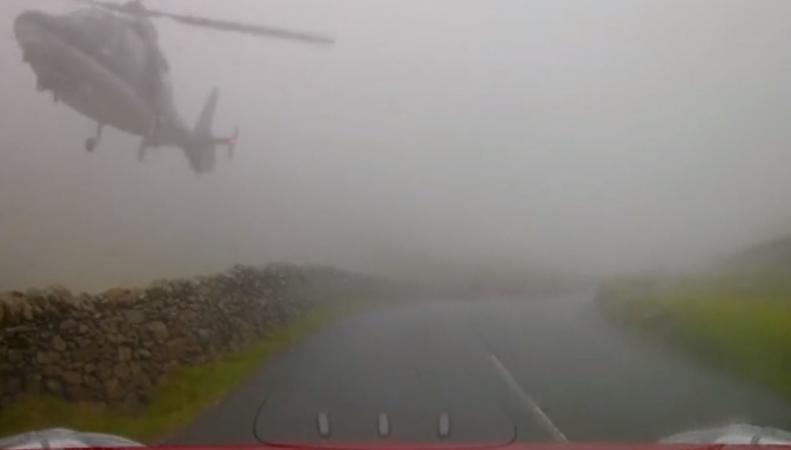Британский автомобилист чудом избежал столкновения с военным вертолетом