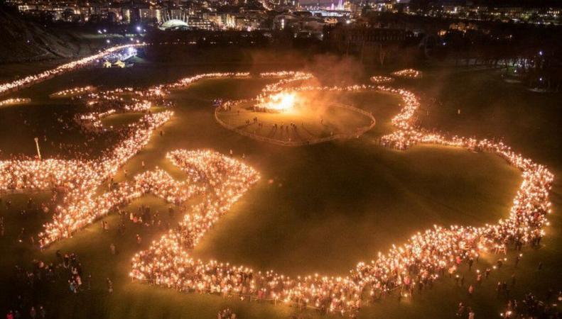 Участники праздника Хогманай в Эдинбурге нарисовали огнем карту Шотландии