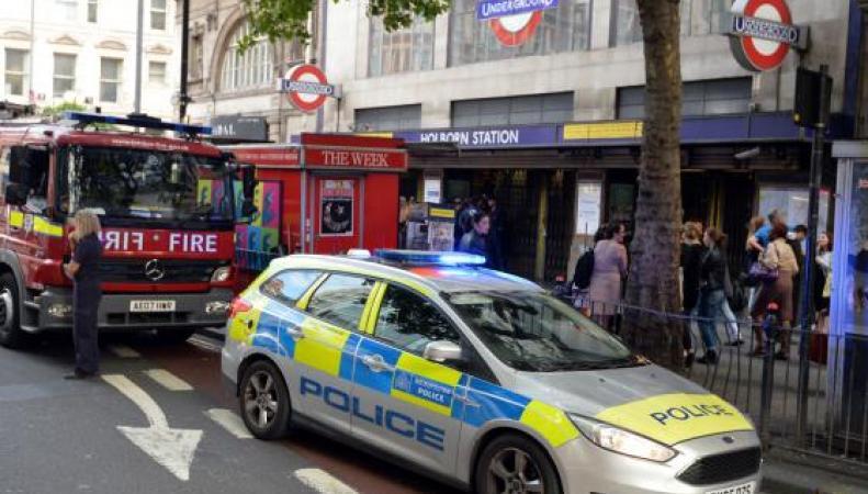 Паника в Холборне: Поезд метро наполнился дымом после взрыва фото:standard.co.uk