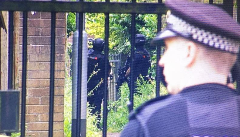 Вооруженный мужчина захватил заложников в Большом Манчестере фото:bbc