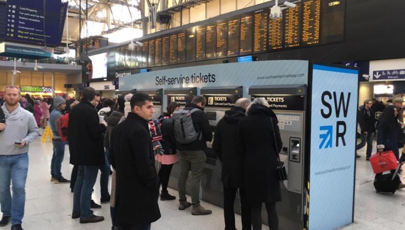 Британцы в праздники столкнутся с забастовкой двух железнодорожных операторов