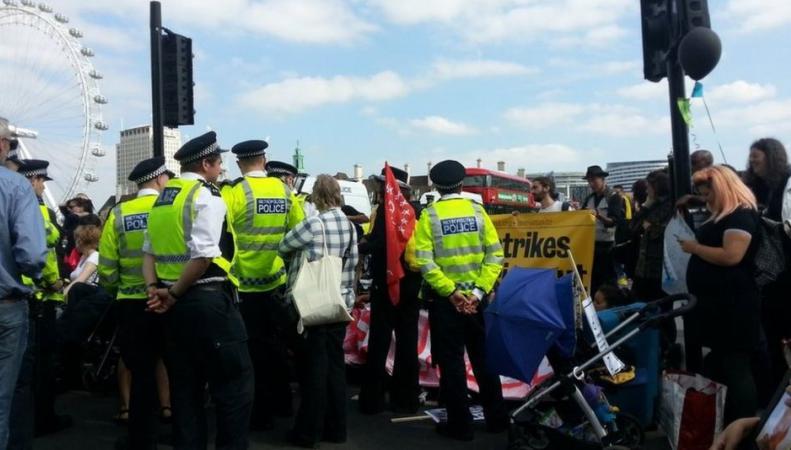Инвалиды-колясочники перекрыли Вестминстерский мост в знак протеста против отмены льгот фото:bbc.com